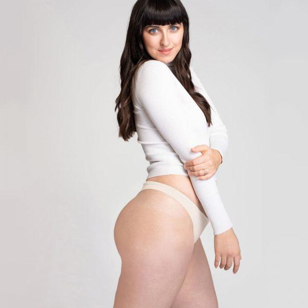 Nohavičky tangá Créeme - pohľad na modelku zboku