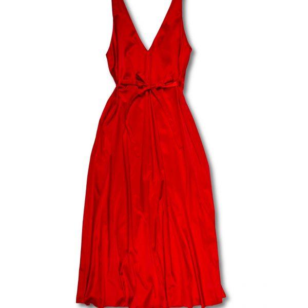 Dlhé červené šaty na bielom pozadí