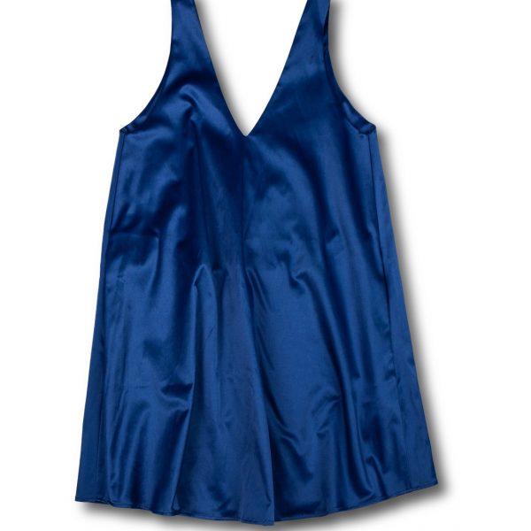 Krátke modré šaty na bielom pozadí