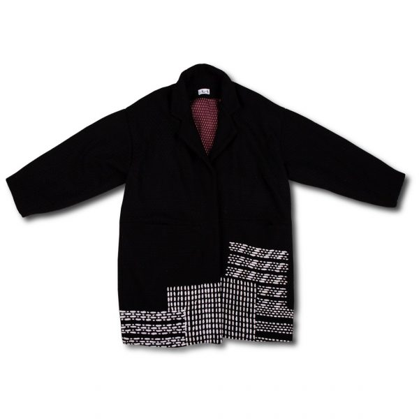 Čierny kabát na bielom pozadí