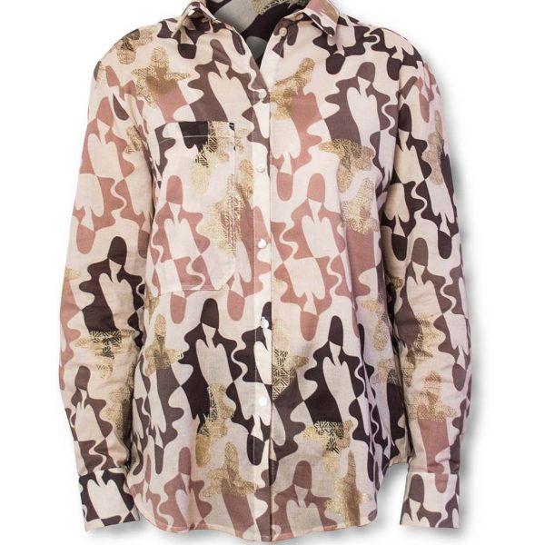 Ružová vzorovaná košeľa na bielom pozadí