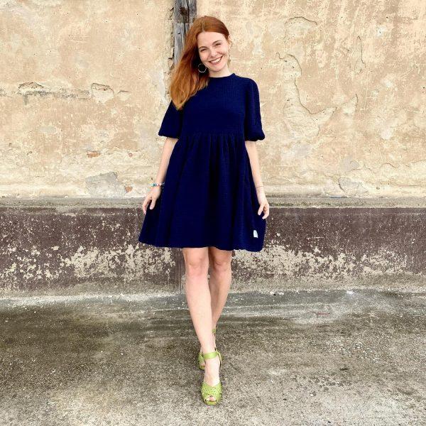 Mušelínové šaty na kojenie Love Colors - pohľad zpredu na modelku