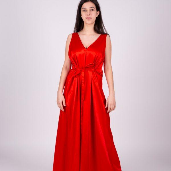Dievča v dlhých červených šatách zpredu