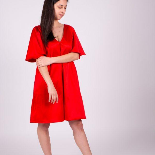 Dievča v červených šatách po kolená