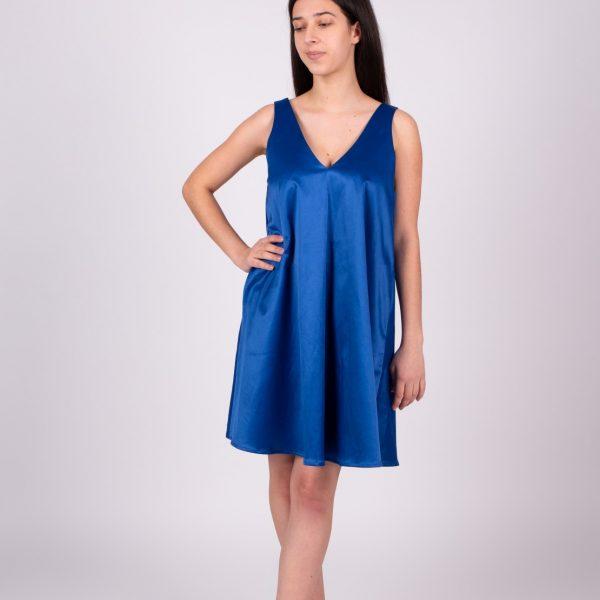 Dievča v krátkych modrých šatách zpredu