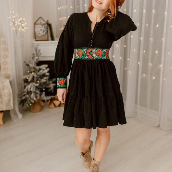 Žena v čiernych šatách zpredu