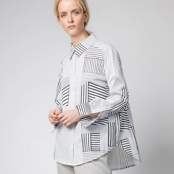 Žena v čierno-bielej vzorovanej košeli zpredu