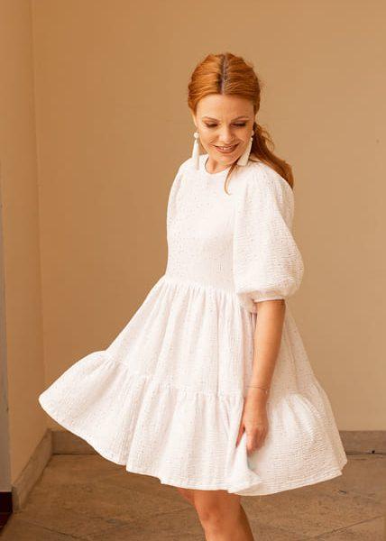Žena v bielych šatách zboku