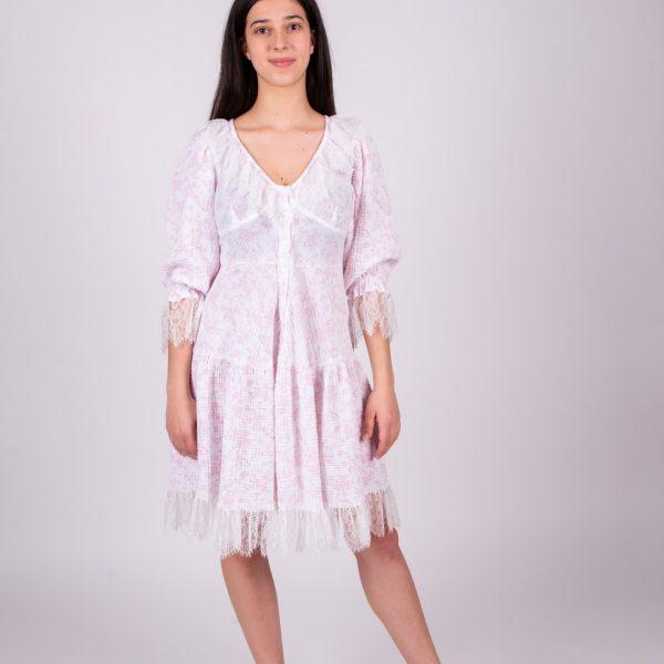 Biele mušelínové šaty s čipkou a ružovým vzorom objednáte na SLOVFLOW