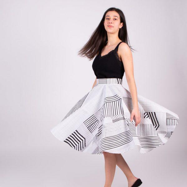 Dievča s bielou vzorovanou roztočenou sukňou
