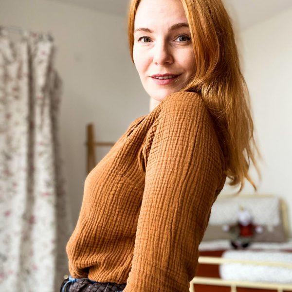 Žena v hnedom tričku zboku