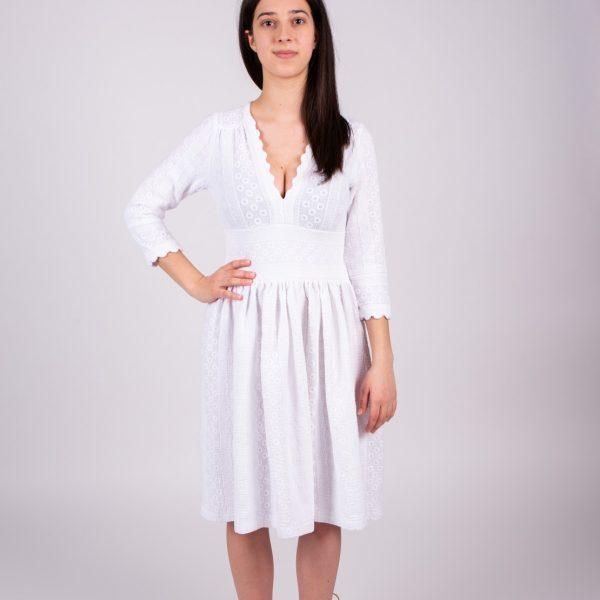 Dievča v bielych šatách zpredu