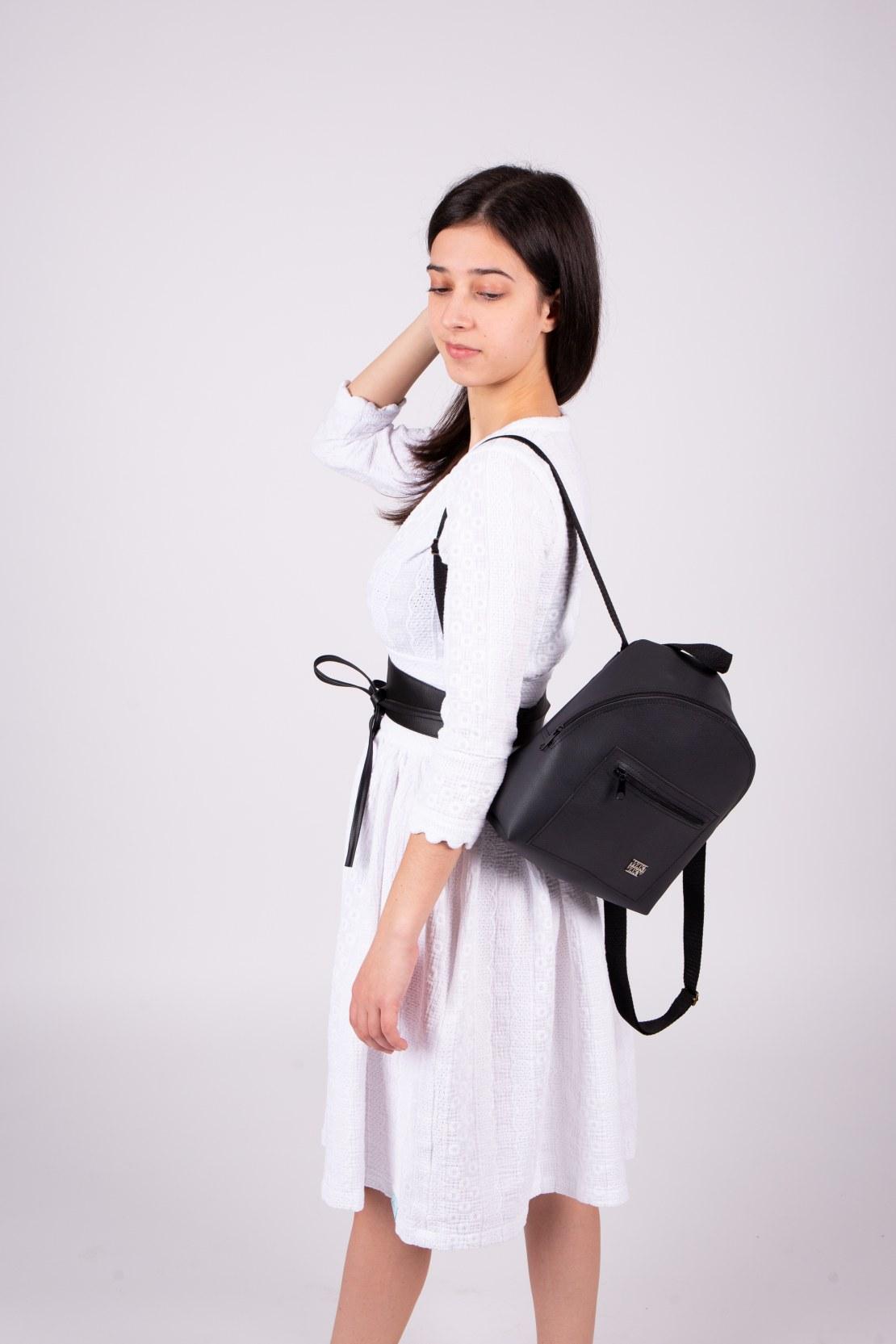 Modelka oblečená v outfite odfotená zboku