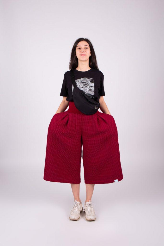 Outfit sa skladá z bordových širokých nohavíc, čierneho trička a ľadvinky