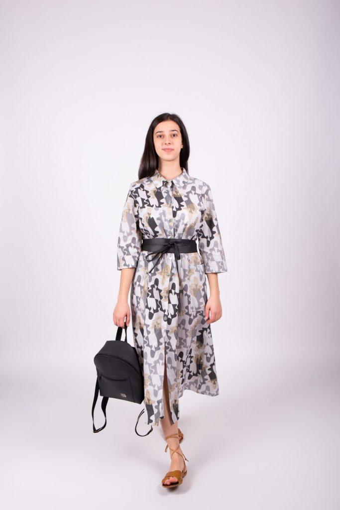 Jednoduchý outfit sa skladá z košeľových šiat, opasku a ruksaku