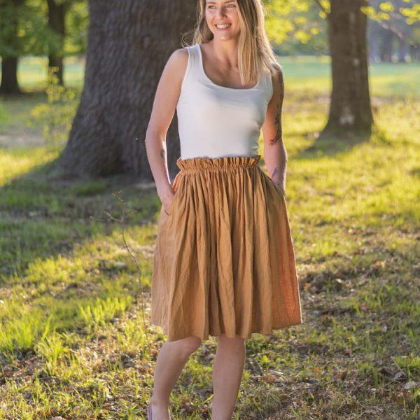 Modelka oblečená v ľanovej sukni miljo