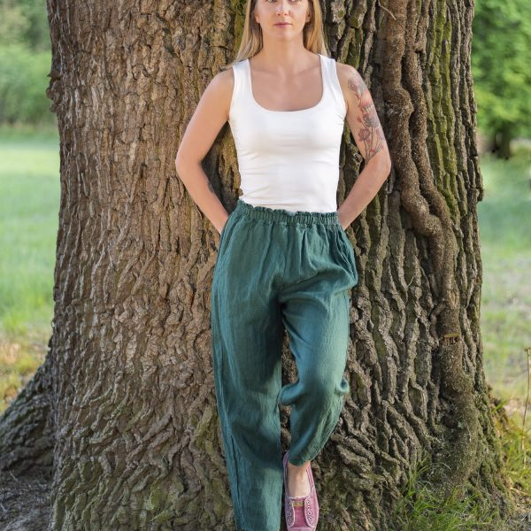 Modelka v ľanových nohaviciach v prírode