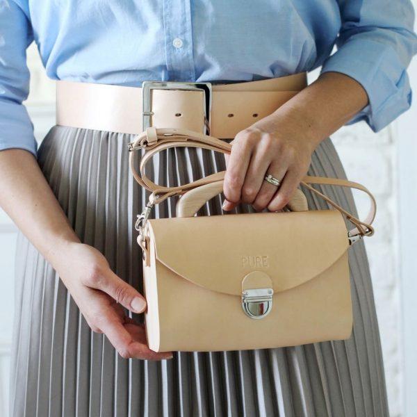 Béžová kožená kabelka s drevenou rúčkou
