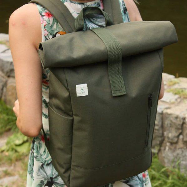 Zelený batoh midori z recyklovaného materialu na pleciach zeny