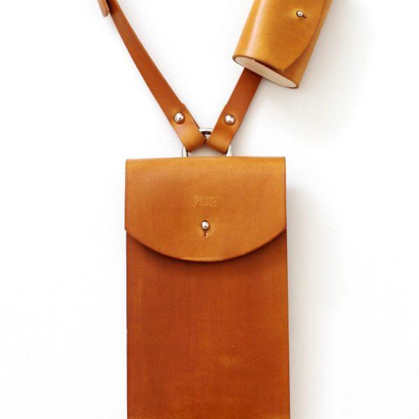Hnedé kožené púzdro na mobil a slúchadlá