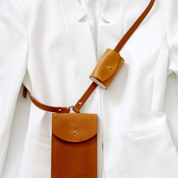 Hnedé kožené púzdro na mobil a slúchadlá v outfite