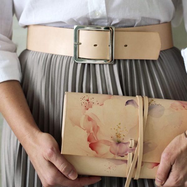 Listová kabelka so jemným vzorom ruží v outfite so sukňou