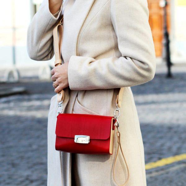 Červená kožená kabela PURE s vymeniteľným popruhom v outfite
