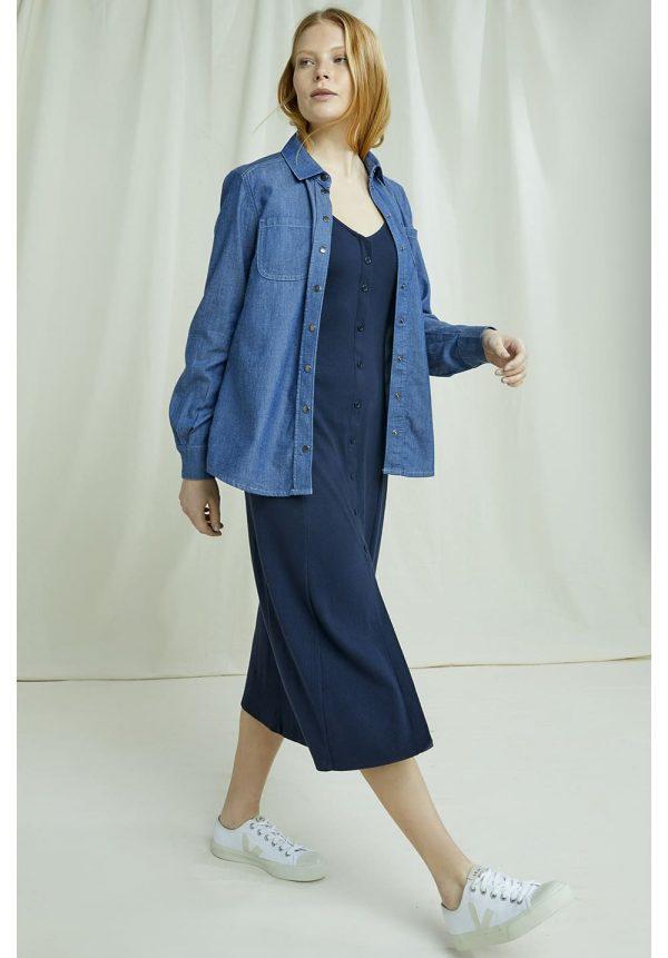 Rebrované modré šaty z v kombinácii s riflovou košeľou