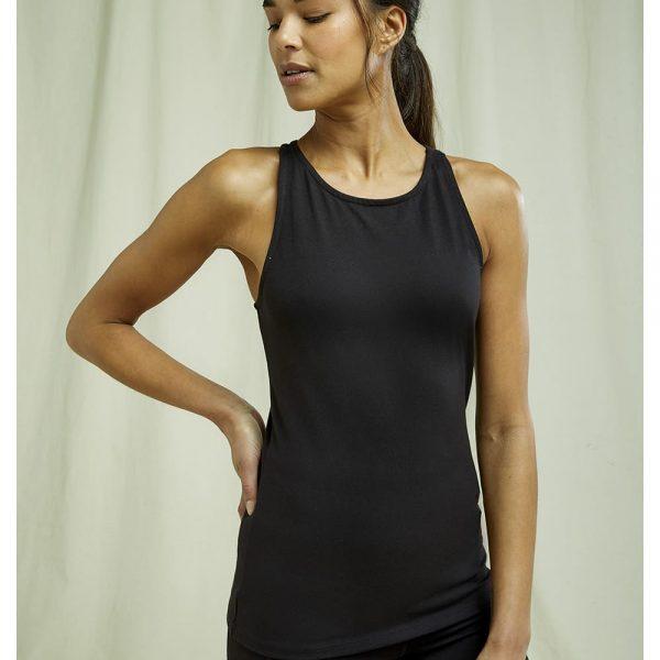 Čierne tielko na cvičenie s prekríženými ramienkami na chrbte