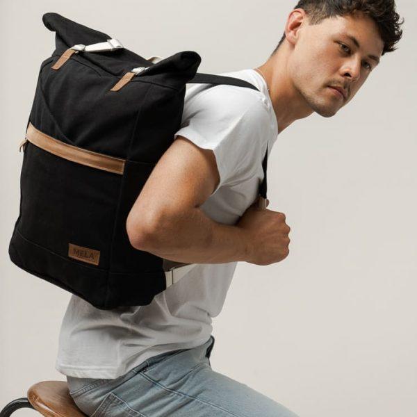 Čierny rolovací ruksak pre mužov od udržateľnej značky Melawear