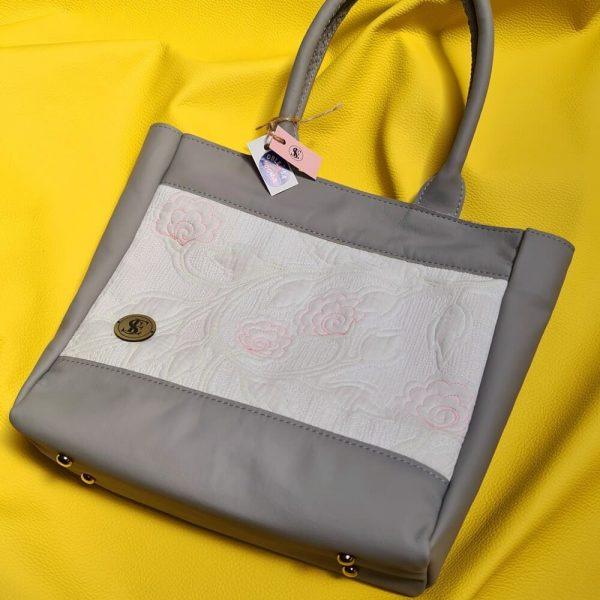 Kožená kabelka s prešívaným mušelínom v bielo sivej farbe