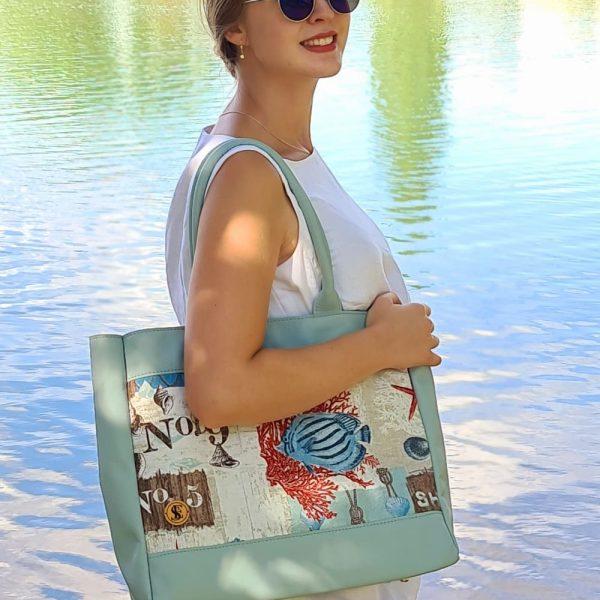 Modrá kabelka z prvotriednej kože kombinovaná s látkou s morským motívom od SussesBAg