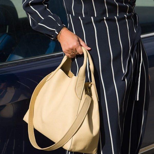 Béžová kabelka v outfite s modrými šatami
